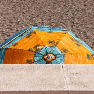 Am Strand in Spanien mit Sonnenschirm - Papillu